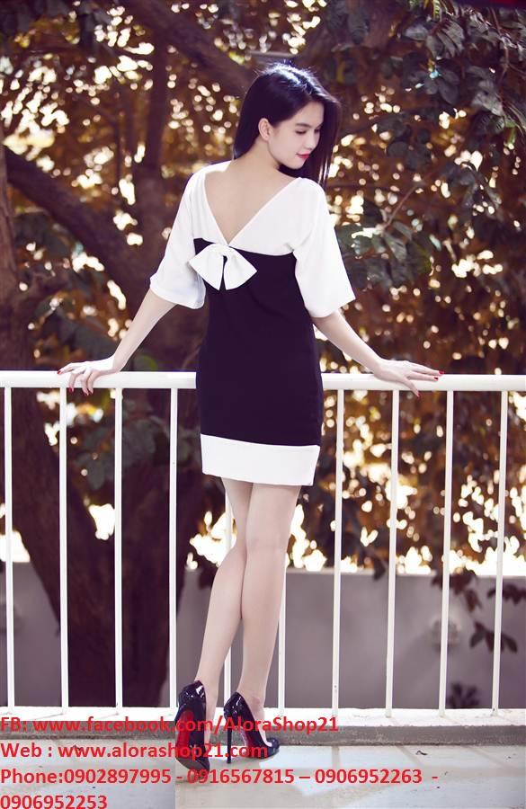 Đầm suông đen trắng tay lỡ đính nơ sau lưng Ngọc Trinh - DN321