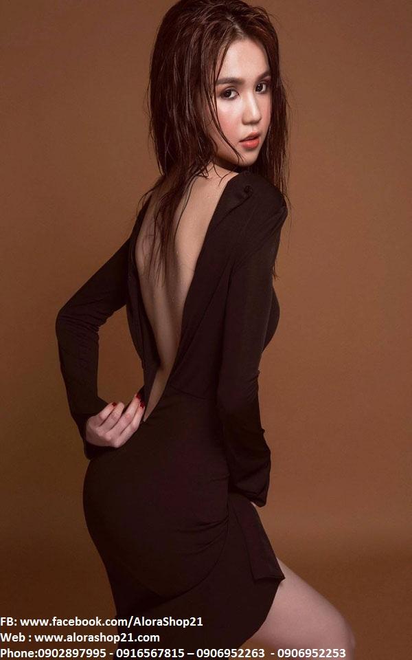Bộ áo đen croptop tay dài và chân váy xẻ giữa Ngọc Trinh - JN42