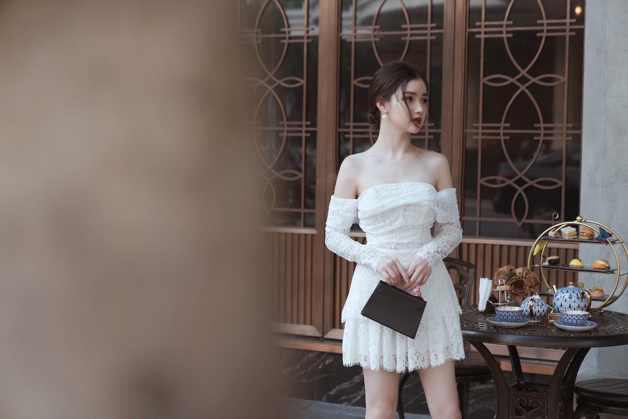 Đầm ren trắng xòe lệch vai tay dài quyến rũ - DN480