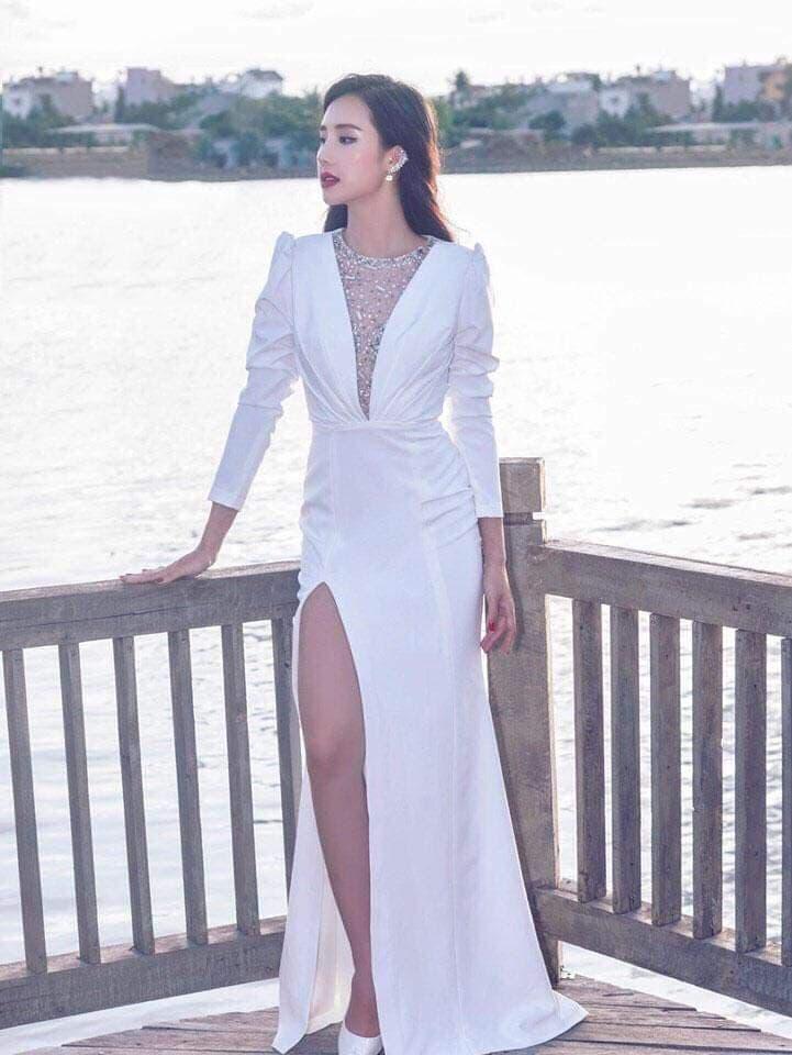 Đầm dạ hội trắng thiết kế tay dài xẻ đùi cao quyến rũ - D535