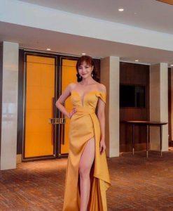 Đầm dạ hội vàng thiết kế bẹt vai xẻ đùi cao siêu quyến rũ - D538